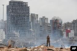 Vojnik stoji na mjestu eksplozije u Bejrutu, 6. august 2020. godine.
