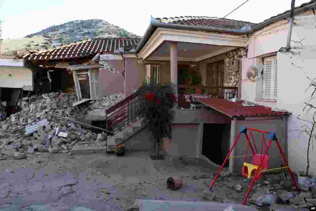 زمینلرزهای به مقیاس ۶.۳ ریشتر در مرکز یونان تا بخشهایی از آلبانی، مقدونیه و کوزوو را لرزاند. در این عکس خسارات وارده به خانه ای در دهکده داماسی در یونان دیده میشود.