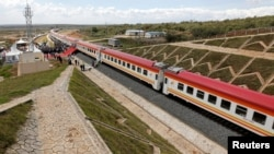 2019年10月16日中国公路桥梁总公司在肯尼亚建造的标准轨距铁路线。