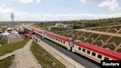 នេះជាទិដ្ឋាភាពទូទៅដែលបង្ហាញឱ្យឃើញពីរថភ្លើងនៅលើបណ្តាញខ្សែរថភ្លើង Standard Gauge Railway ដែលសាងសង់ដោយក្រុមហ៊ុន China Road and Bridge Corporation និងផ្តល់ហរិញ្ញប្បទានដោយរដ្ឋាភិបាលក្រុងប៉េកាំង នៅក្នុងប្រទេសកេនយ៉ា កាលពីថ្ងៃទី១៦ ខែតុលា ឆ្នាំ២០១៩។