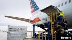 ARCHIVO - Un avión de carga de American Airlines es descargado en el Aeropuerto Internacional de Filadelfia en Filadelfia, Pensilvania, EE.UU., 4 de diciembre de 2020.