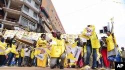 동아프리카 우간다에서 요웨리 무세베니 대통령 지지자들이 16일 '대선 승리'를 기념하고 있다.