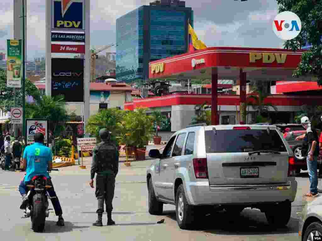 La presencia militar era una constantes en las distintas estaciones visitadas, como el caso de esta en el este de Caracas.