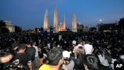 Người biểu tình chống chính phủ Thái Lan tụ tập trước Tượng đài Dân chủ ở Bangkok, ngày 18 tháng 7, 2020