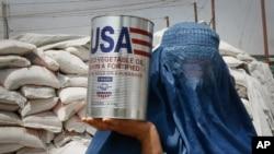 mudzimai wekuAfghan akatakura chikafu kubva ku United States Agency for International Development (USAID), ( Kabul, Afghanistan, July 26, 2011)