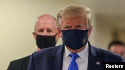 지난 11일 부상을 입은 장병들 및 일선의 의료진을 만나기 위해 찾은 미국 메릴랜드주의 월터 리드 국립 군 의료센터를 방문한 도널드 트럼프 미국 대통령이 마스크를 착용한 채 공식석상에 나타났다.