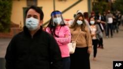 ကယ္လီဖိုးနီးယားျပည္နယ္ Los Angeles ၿမိဳ႕မွာ ကိုဗစ္ေရာဂါ စစ္ေဆးဖို႔ တန္းစီေနတဲ့ လူတခ်ိဳ႕။ (ဒီဇင္ဘာ ၀၇၊ ၂၀၂၀)