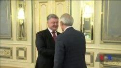 "Президент Порошенко нагородив американського сенатора орденом ""За заслуги"". Відео"