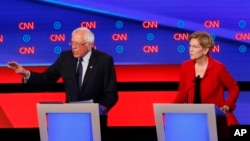 សមាជិកព្រឹទ្ធសភាលោក Bernie Sanders និងលោកស្រី Elizabeth Warren ចូលរួមនៅក្នុងវេទិកាជជែកដេញដោលស្វែងរកបេក្ខភាពប្រធានាធិបតីប្រចាំគណបក្សប្រជាធិបតេយ្យ កាលពីថ្ងៃទី៣០ ខែកក្កដា ឆ្នាំ២០១៩។