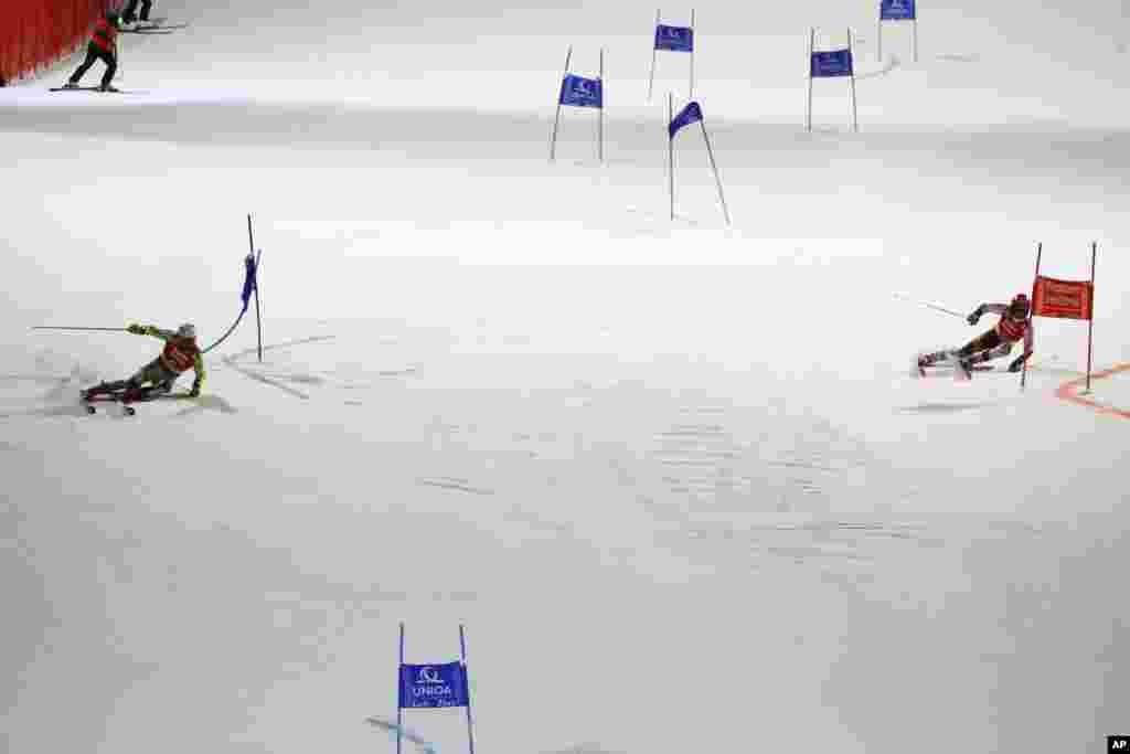 دو رقیب اسکیباز از اتریش و نروژ در مسابقات اسکی سرعت در مسابقات جهانی در اتریش.