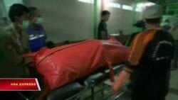 Nhân viên cứu hộ tìm kiếm người mất tích sau sóng thần ở Indonesia