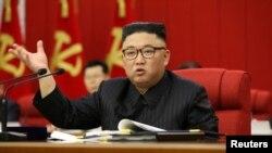 El líder norcoreano Kim Jong Un habla durante la apertura de la 3ª Reunión Plenaria del 8º Comité Central del Partido de los Trabajadores de Corea.