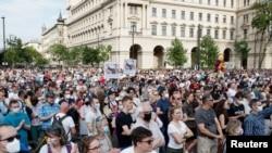 示威者抗議計劃於 2021 年 6 月 5 日在匈牙利布達佩斯的中國復旦大學校園。