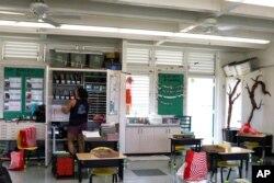 آموزگار اول دبستان در هاوایی کلاس را برای بازگشت بچهها آماده میکند
