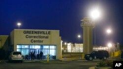 ARHIVA - Čuvari ispred ulaza u zatvor Greensville u Virginiji gdje su izvršavane smrtne kazne (Foto: AP)