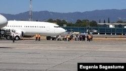 Migrantes guatemaltecos indocumentados regresan deportados desde Estados Unidos.