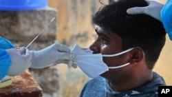 အိႏိၵယႏိုင္ငံ Hyderabad ၿမိဳ႕မွာ ကိုဗစ္ေရာဂါ ရွိ၊ မရွိကို စစ္ေဆးခံေနတဲ့ အမ်ိဳးသားတဦး။ (စက္တင္ဘာ ၁၃၊ ၂၀၂၀)