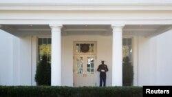 Një marins amerikan bën roje në hyrjen e krahut perëndimor të Shtëpisë së Bardhë (6 nëntor 2020)