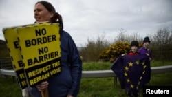 30 Mart 2019, Carickcarnon, İrlanda - İrlanda Cumhuriyeti ile Kuzey İrlanda Cumhuiyeti arasında yeniden sınır oluşmaması için Brexit'i protesto eden gösterici