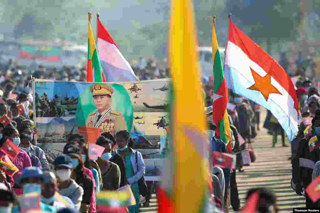 미얀마 네피도에서 군부 쿠데타 지지자들이 민 아웅 흘라잉 미얀마 군 최고사령관 사진을 들고 집회를 가졌다.