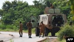Des soldats burkinabè patrouillent près de la caserne militaire du Régiment de sécurité présidentielle à Ouagadougou, le 29 septembre 2015.