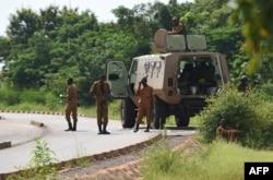 بورکینا فاسو کے شہر ووگادوگو پر دہشت گرد حملے کے بعد سیکیورٹی فورس کے اہل کار علاقے کی نگرانی کر رہے ہیں۔ فائل فوٹو