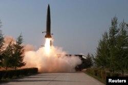 북한이 지난해 5월 김정은 국무위원장의 지도 아래 조선인민군 전방 및 서부전선방어부대들의 화력타격훈련을 실시했다면서, 단거리탄도미사일로 추정되는 발사체 발사 장면을 공개했다.