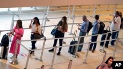 Putnici čekaju na u redu pred ukrcavanje na avion na aerodromu u Dalasu, 28. maja 2021.