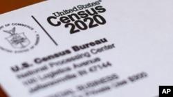 美國人口普查問卷的信封。