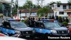 Policía Nacional de Nicaragua vigila afuera de la oficina del Fiscal General de la República de Nicaragua mientras la aspirante a presidente Cristiana Chamorro se reúne con funcionarios, en Managua, en mayo de 2021.