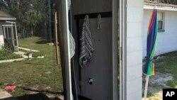 Zadnji dio kuće i razbijeno staklo na vratima kroz koja su u kuću upali zamjenici šerifa tokom razmjene vatre sa napadačem u Lakelandu, Florida.