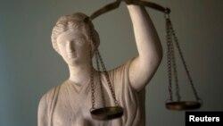 Statue représentant la justice dans un bureau d'avocat à Téhéran, Iran, 9 mai 2011.