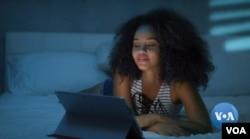 인터넷 기기를 이용해 온라인으로 데이를 즐기는 한 여성의 모습.