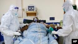 کینیا میں طبی عملہ کرونا وائرس میں مبتلا ایک شخص کا علاج کر رہا ہے۔ 17 جون 2021