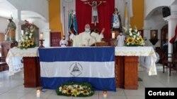 El padre Edwin Román, párroco de la Iglesia San Miguel Arcángel, en Masaya, Nicaragua, durante una misa el 20 de abril de 2021. Foto cortesía de Noel Miranda.