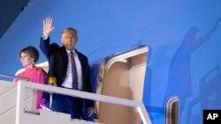 도널드 트럼프 미국 대통령과 부인 멜라니아 여사가 25일 인도 뉴델리 방문을 마치고 전용기 에어포스원에 오르고 있다.