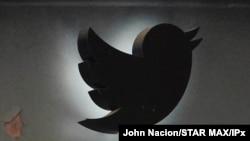 Logoja e kompanisë Twitter në zyrat në qytetin e Nju Jorkut