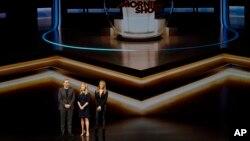 Desde la izquierda, Steve Carell, Reese Witherspoon y Jennifer Aniston en el Teatro Steve Jobs durante un evento para anunciar nuevos productos Apple, el 25 de marzo de 2019, en Cupertino, California.