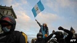 Mensajeros de entrega de alimentos participan en una protesta para exigir la renuncia del presidente guatemalteco Alejandro Giammattei, en Ciudad de Guatemala, el 22 de noviembre de 2020.