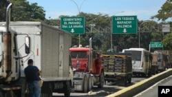 Los camioneros se alinean al costado de la carretera para llenar sus tanques con diesel en Caracas, Venezuela. Marzo 4, 2021. Foto: AP.