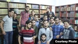 شام کے علاقے درایہ میں نوجوان تباہ حال عمارت کے تہہ خانے میں قائم کتب خانے میں جمع ہیں۔
