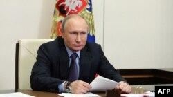 Arhiva - Predsjednik Rusije Vladimir Putin u državnoj rezidenciji u Novo Ograjovom, nedaleko od Moskve, 9. juna 2021.