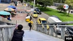 Migrantes venezolanos piden dinero o comida en las calles de Bogotá. Tras la pandemia han quedado sin trabajo y están expuestos al desalojo. [Foto: Karen Sánchez, VOA]