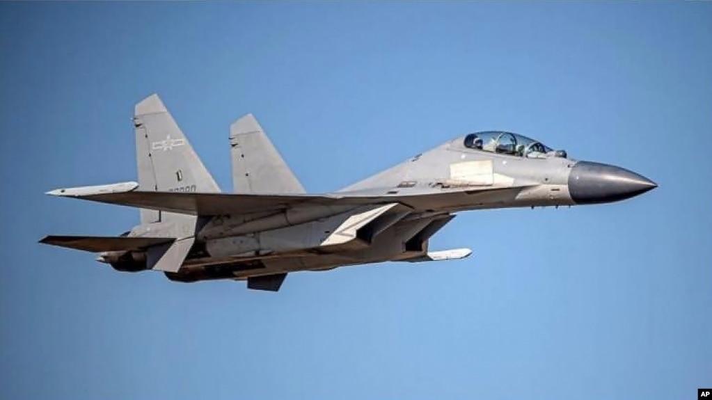 台湾国防部公布的中国解放军歼-16战机图片。