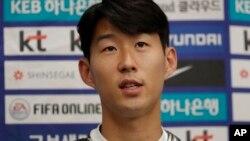 한국 축구 국가대표팀 손홍민 선수가 평양에서 벌어진 남북한 월드컵 예선전에 관해 인터뷰하고 있다.