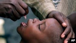 Seorang anak menerima vaksinasi polio di Gisenyi, Rwanda (foto: dok).