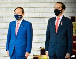 PM Jepang Yoshihide Suga (kiri) dan Presiden Joko Widodo di Istana Bogor, Selasa (20/10).