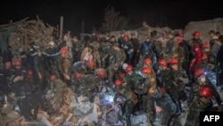 Equipas de resgate trabalham num local atingido por um rocket durante os combates na região separatista de Nagorno-Karabakh, na cidade de Ganja, Azerbaijão, no início de 17 de outubro de 2020
