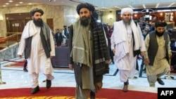 រូបឯកសារ៖ សហស្ថាបនិកក្រុមតាលីបង់ លោក Mullah Abdul Ghani Baradar (កណ្ដាល) និងប្រតិភូមួយចំនួនទៀតចូលរួមក្នុងសន្និសីទអន្តរជាតិមួយស្ដីពីដំណោះស្រាយសន្ដិភាពនៅអាហ្វហ្គានីស្ថាន ទីក្រុងមូស្គូ ប្រទេសរុស្ស៊ី ថ្ងៃទី១៨ ខែមីនា ឆ្នាំ២០២១។