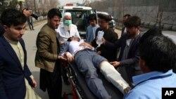 6일 아프가니스탄 카불에서 총격사건 부상자를 구급차에 태우고 있다.